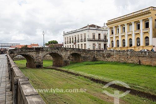 Vista da Ponte da Cadeia (1797) com a Prefeitura de São João del Rei - à esquerda - e o prédio da Secretaria da Fazenda  - São João del Rei - Minas Gerais (MG) - Brasil