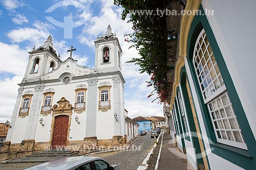 Fachada do Solar dos Neves - casa onde viveu o ex-presidente Tancredo Neves - com a Igreja de Nossa Senhora do Rosário dos Pretos (1719) ao fundo  - São João del Rei - Minas Gerais (MG) - Brasil
