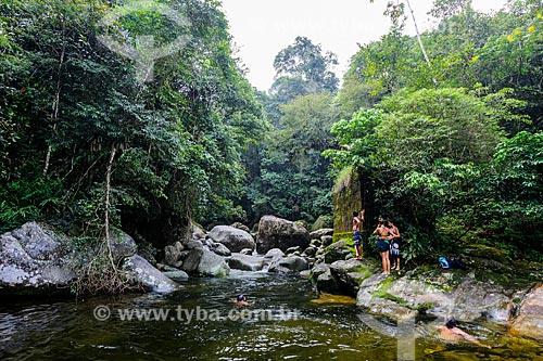 Banhistas no Poço da Ponte Velha próximo ao Centro de Visitantes von Martius do Parque Nacional da Serra dos Órgãos  - Guapimirim - Rio de Janeiro (RJ) - Brasil