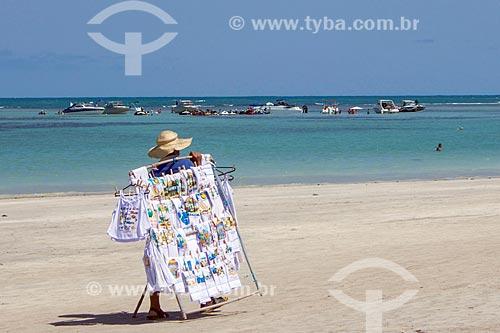 Vendedor ambulante na orla da Praia de Tamandaré  - Tamandaré - Pernambuco (PE) - Brasil