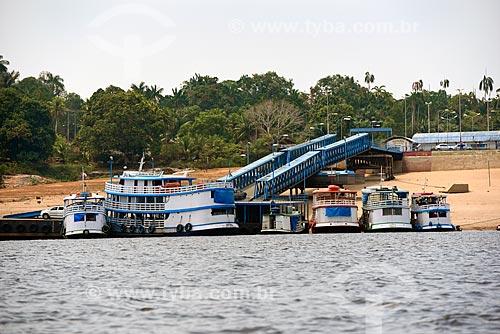 Embarcações atracadas no cais flutuante do terminal hidroviário de Novo Airão  - Novo Airão - Amazonas (AM) - Brasil