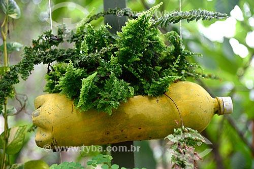 Detalhe de jardim suspenso feito de garrafa PET  - Novo Airão - Amazonas (AM) - Brasil