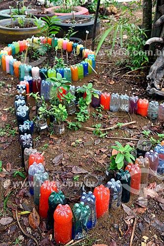 Reaproveitamento de garrafas PET e pneus na criação de horta medicinal no jardim da sede da Fundação Almerinda Malaquias - ONG Organização não-governamental  - Novo Airão - Amazonas (AM) - Brasil