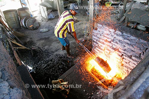 Trabalhador em fábrica de chocalhos - beneficiamento ao fogo para melhorar o som  - Agrestina - Pernambuco (PE) - Brasil