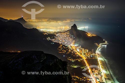 Vista noturna de São Conrado com Favela da Rocinha e Morro Dois Irmãos - Vista à partir da Pedra da Gávea  - Rio de Janeiro - Rio de Janeiro (RJ) - Brasil