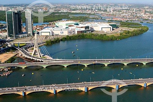 Foto aérea da Ponte Governador Agamenon Magalhães com a ponte estaiada ligando a Via Mangue à Ponte Governador Paulo Guerra e o Shopping Rio Mar ao fundo  - Recife - Pernambuco (PE) - Brasil