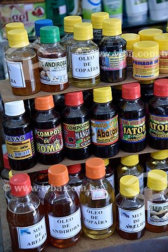 Garrafas com compostos e óleos à venda no Mercado Municipal Adolpho Lisboa (1883)  - Manaus - Amazonas (AM) - Brasil
