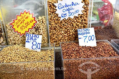 Castanha-do-pará e feijão rajado à venda no Mercado Municipal Adolpho Lisboa (1883)  - Manaus - Amazonas (AM) - Brasil