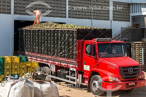 Caminhão transportando mangas para mercado interno no pátio de empresa embaladora - Packing House - Projeto Nilo Coelho - Vale do São Francisco  - Petrolina - Pernambuco (PE) - Brasil