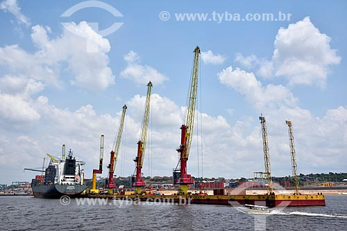 Navio cargueiro atracado no Porto do terminal de contêiner Chibatão  - Manaus - Amazonas (AM) - Brasil