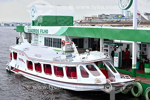 Lancha abastecendo Posto de gasolina flutuante no Rio Negro  - Manaus - Amazonas (AM) - Brasil