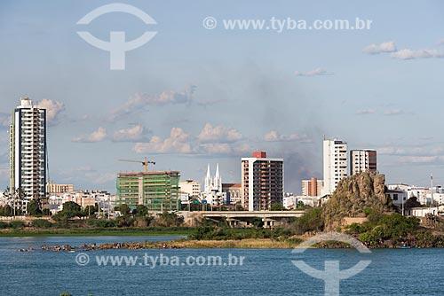 Petrolina vista da cidade de Juazeiro com a Ilha do Fogo e o Rio São Francisco em primeiro plano  - Petrolina - Pernambuco (PE) - Brasil