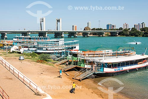 Porto das barcas que fazem a travessia Juazeiro-Petrolina - Ponte sobre o Rio São Francisco ao fundo  - Juazeiro - Bahia (BA) - Brasil