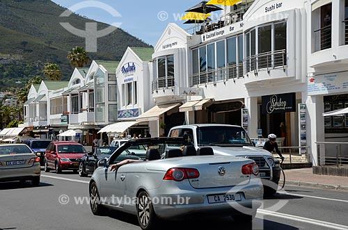 Tráfego na Victoria Road na orla da Praia de Camps Bay  - Cidade do Cabo - Província do Cabo Ocidental - África do Sul