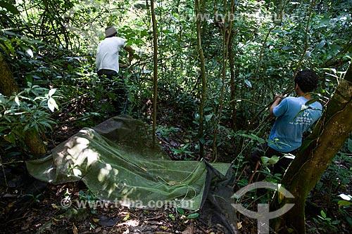 Pesquisadores armando armadilha de barreira de vôo (Malésia) para capturar insetos na sede Guapimirm do Parque Nacional da Serra dos Órgãos  - Guapimirim - Rio de Janeiro (RJ) - Brasil