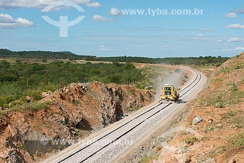 Ferrovia Transnordestina - equipamento que espalha brita entre os trilhos  - Ouricuri - Pernambuco (PE) - Brasil