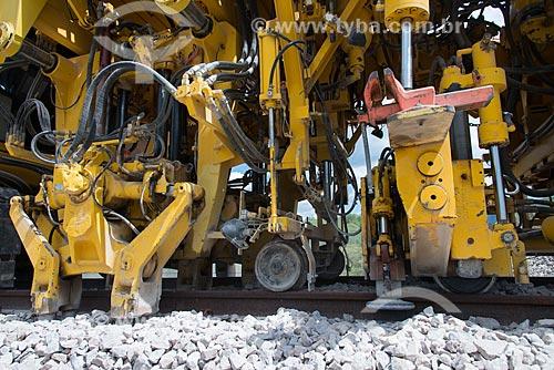 Socadeira - máquina que acomoda a brita embaixo da dormente na obra da Ferrovia Transnordestina   - Ouricuri - Pernambuco (PE) - Brasil