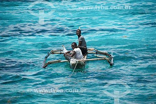 Canoa com pescadores próximo à Ilha do Ibo  - Distrito de Ibo - Província de Cabo Delgado - Moçambique