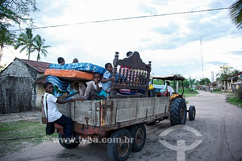 Transporte de mudança em trator no distrito de Ibo  - Distrito de Ibo - Província de Cabo Delgado - Moçambique