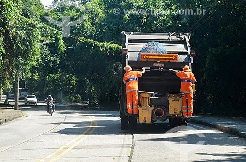 Caminhão de lixo na Estrada do Redentor  - Rio de Janeiro - Rio de Janeiro (RJ) - Brasil