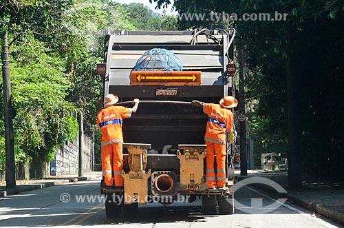 Caminhão de lixo na Estrada Edson Passos  - Rio de Janeiro - Rio de Janeiro (RJ) - Brasil