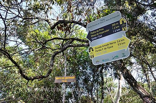 Placa informativa na trilha do Morro do Queimado  - Rio de Janeiro - Rio de Janeiro (RJ) - Brasil