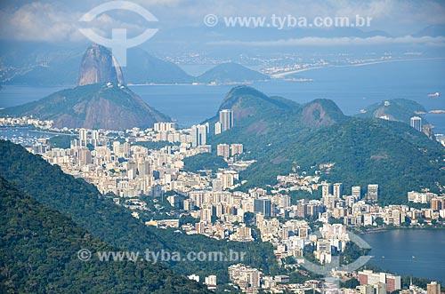 Vista geral dos bairros de Humaitá e Botafogo a partir da trilha do Morro do Queimado com o Pão de Açúcar ao fundo  - Rio de Janeiro - Rio de Janeiro (RJ) - Brasil