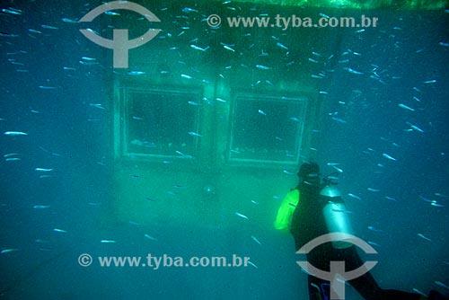 Mergulhador com a habitação submarina do Manta Resort Hotel na Ilha de Pemba ao fundo  - Ilha de Pemba - Tanzânia