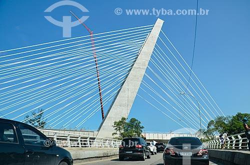 Carros na Estrada da Barra da Tijuca com a ponte estaiada na linha 4 do Metrô Rio  - Rio de Janeiro - Rio de Janeiro (RJ) - Brasil