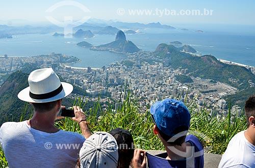 Turistas fotografando a paisagem a partir do mirante do Cristo Redentor com o Pão de Açúcar ao fundo  - Rio de Janeiro - Rio de Janeiro (RJ) - Brasil