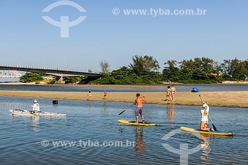 Praticantes de Stand up paddle próximo a foz da Restinga da Marambaia - área protegida pela Marinha do Brasil  - Rio de Janeiro - Rio de Janeiro (RJ) - Brasil