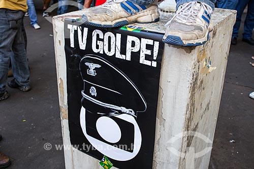 Cartaz contra a Rede Globo durante manifestação a favor da Presidente Dilma Rousseff  - São Paulo - São Paulo (SP) - Brasil