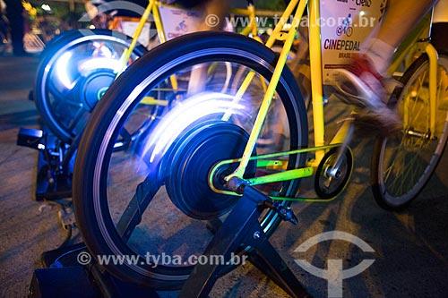 Detalhe do público gerando energia necessária para a projeção dos filmes no Cine Pedal Brasil - festival audiovisual itinerante, gratuito e ao ar livre  - Rio de Janeiro - Rio de Janeiro (RJ) - Brasil