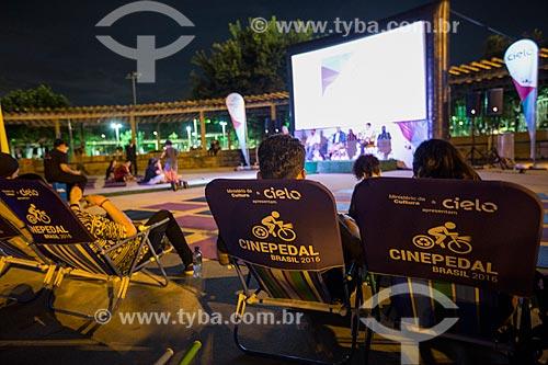 Exibição de filme no Cine Pedal Brasil - festival audiovisual itinerante, gratuito e ao ar livre, onde a energia necessária para a projeção dos filmes é gerada pelo próprio público, por bicicletas  - Rio de Janeiro - Rio de Janeiro (RJ) - Brasil