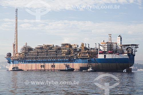 Vista do navio-plataforma FPSO Cidade de Saquarema na Baía de Guanabara  - Rio de Janeiro - Rio de Janeiro (RJ) - Brasil