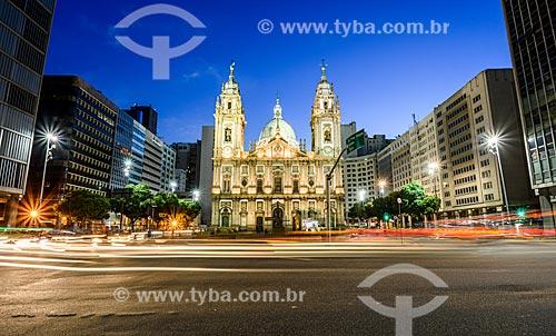Tráfego entre a Rua Primeiro de Março e a Avenida Presidente Vargas com a Igreja de Nossa Senhora da Candelária (1609) ao fundo  - Rio de Janeiro - Rio de Janeiro (RJ) - Brasil