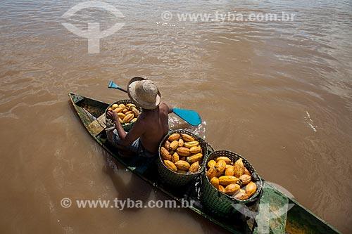 Trabalhador rural carregando cacau nativo na região do Rio Madeira durante a colheita  - Novo Aripuanã - Amazonas (AM) - Brasil