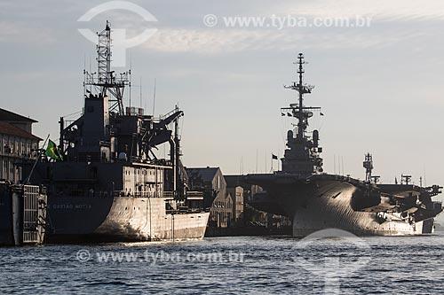 Navio Tanque Almirante Gastão Motta (G-23) - 1989 - e o Porta-avião NAe São Paulo (A-12) - 1960 - atracados no Primeiro Distrito Naval  - Rio de Janeiro - Rio de Janeiro (RJ) - Brasil