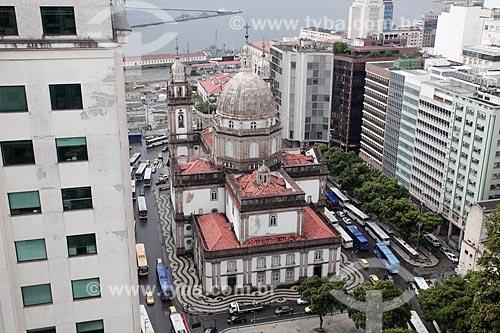 Igreja de Nossa Senhora da Candelária (1609), prédios na Avenida Presidente Vargas e Baía de Guanabara ao fundo  - Rio de Janeiro - Rio de Janeiro (RJ) - Brasil