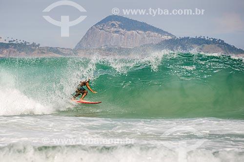 Surfista na Praia do Leblon com o Monumento Natural das Ilhas Cagarras ao fundo  - Rio de Janeiro - Rio de Janeiro (RJ) - Brasil