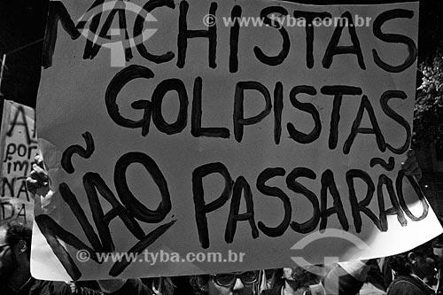 Detalhe de cartaz durante o Ato nacional não ao golpe - nenhum direito a menos - na Avenida Presidente Vargas - que diz: Machistas golpistas não passarão  - Rio de Janeiro - Rio de Janeiro (RJ) - Brasil