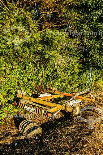 Reboque de barco abandonado próximo à Praia de Santo Antônio de Lisboa  - Florianópolis - Santa Catarina (SC) - Brasil