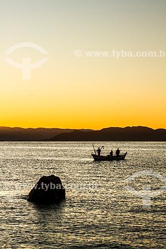 Pescadores na Baía Norte durante o pôr do sol  - Florianópolis - Santa Catarina (SC) - Brasil