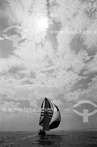 Veleiro Saga - vencedor da Fastent Race de 1973 do norueguês radicado no Brasil Erling Lorentzen que fundou e presidiu a Aracruz Celulose - na Baía de Guanabara com a Ponte Rio-Niterói ao fundo  - Rio de Janeiro - Rio de Janeiro (RJ) - Brasil