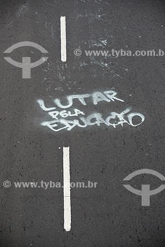 Grafite com os dizeres: lutar pela educação  - Porto Alegre - Rio Grande do Sul (RS) - Brasil