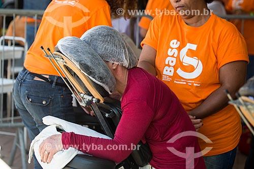 Sessão de massagem durante a ação social do SESC/SENAC - B.A.S.E. S (Base de Ação Social e Educativa) - Praça Olímpica Luís de Camões  - Teresópolis - Rio de Janeiro (RJ) - Brasil