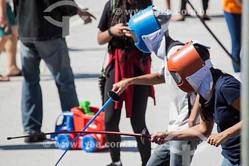 Jovens praticando esgrima durante a ação social do SESC/SENAC - B.A.S.E. S (Base de Ação Social e Educativa) - Praça Olímpica Luís de Camões  - Teresópolis - Rio de Janeiro (RJ) - Brasil