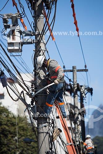 Funcionário da Ampla Energia e Serviços S.A - concessionária de serviços de transmissão de energia - consertando a rede elétrica  - Teresópolis - Rio de Janeiro (RJ) - Brasil