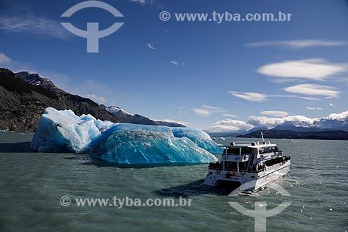 Passeio de barco próximo à geleira na Cordilheira dos Andes  - El Calafate - Província de Santa Cruz - Argentina