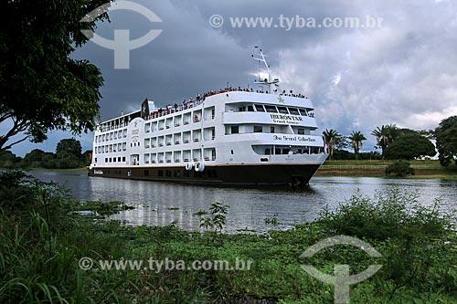Navio de Cruzeiro Iberostar Grand Amazon no Paraná da Princesa - braço do Rio Amazonas - preparando-se para atracar no Clube Coca-Cola (antigo Clube Kuat)  - Parintins - Amazonas (AM) - Brasil